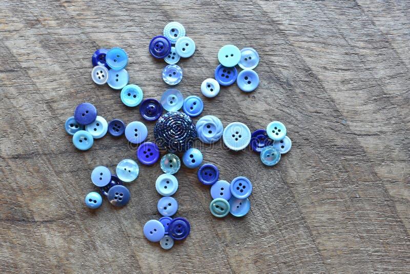Sy knappar i formen av en snöflinga arkivfoto