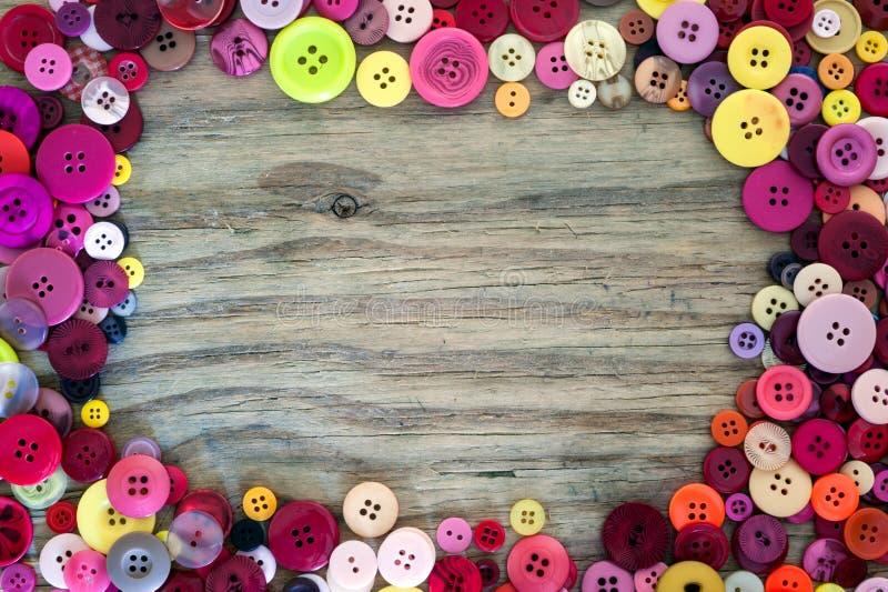 Sy knappar på wood bakgrund stock illustrationer