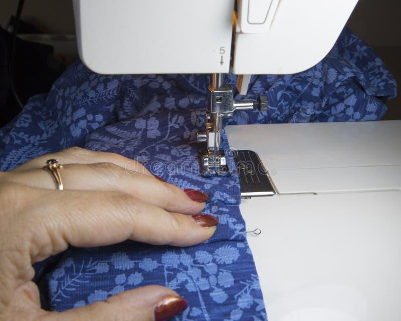 Sy process på symaskinen arkivbilder