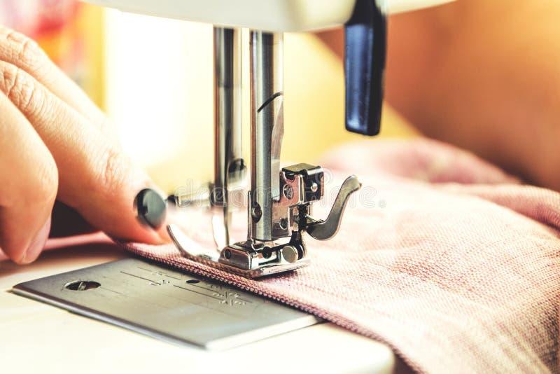 Sy process på symaskinen fotografering för bildbyråer
