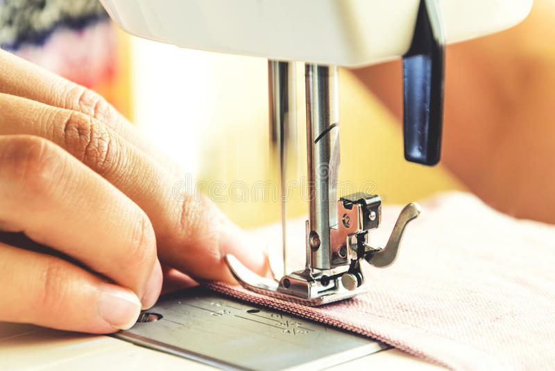 Sy process på symaskinen royaltyfria foton