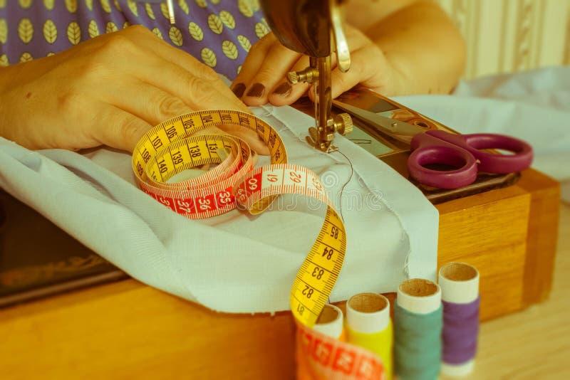 Sy process, syr symaskinen händer för kvinna` som s syr macen royaltyfri fotografi