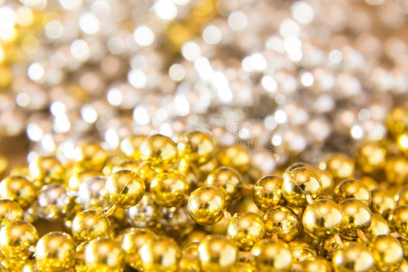Sy, textur, bakgrund, jul och feriegarneringbegrepp - som är nära upp av silver- och guldpärlor på brusande fotografering för bildbyråer