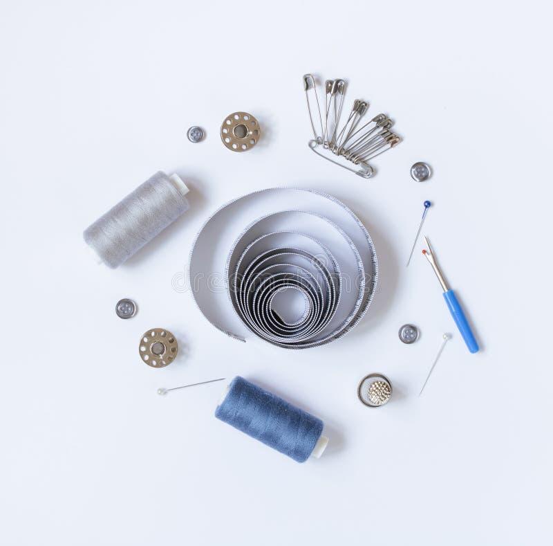 Sy tillbehör och tillbehör för handarbete i grå färg-blått skuggor arkivbild