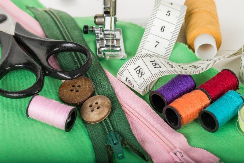 Sy tillförsel och symaskinen royaltyfri fotografi