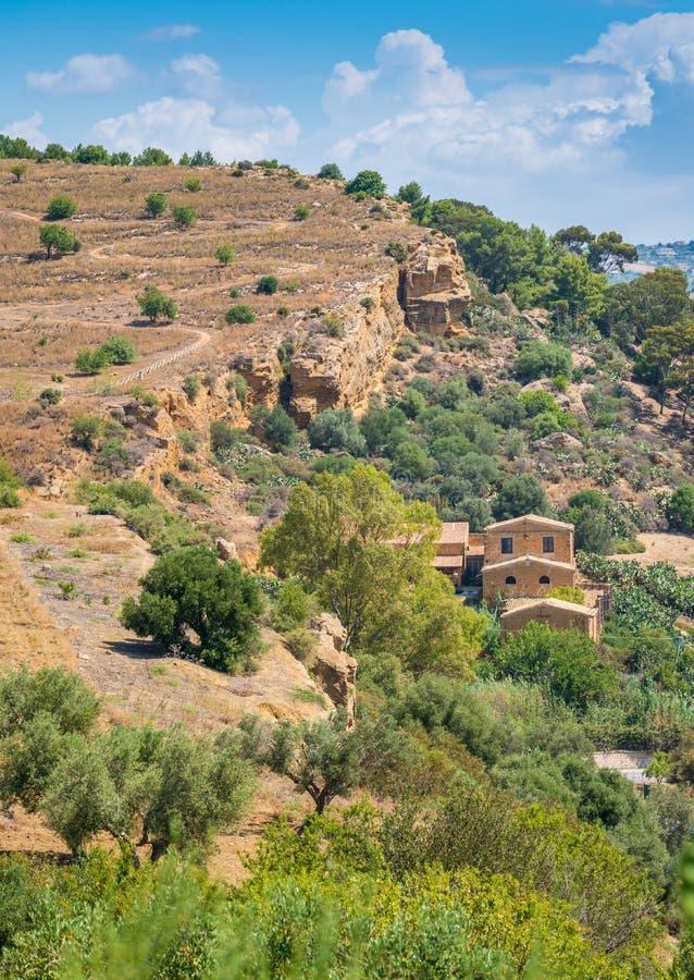 Sycylijczyka krajobrazowy otaczanie dolina świątynie Agrigento, Sicily, południowy Włochy fotografia royalty free