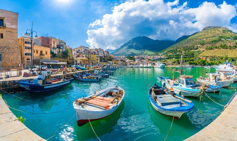 Sycylijczyka port Castellammare Del Golfo, nabrzeżna wioska Sicily wyspa, prowincja Trapani, Włochy zdjęcie stock