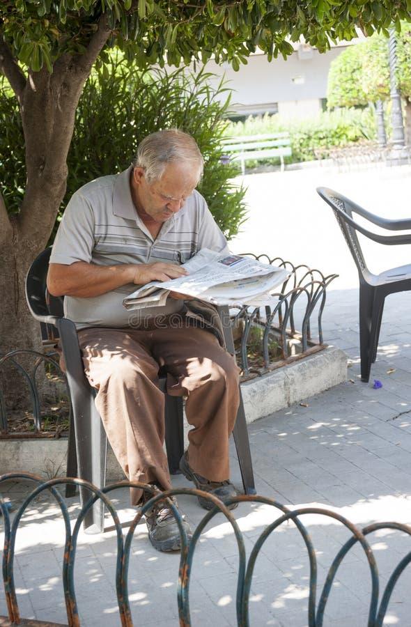 Sycylijskiego mężczyzny czytelnicza gazeta fotografia royalty free