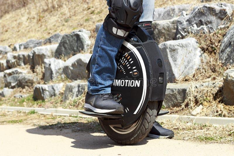 Sydkorea Seoul - 03 14 2019: man som rider upp en monowheel, elektriskt enhjulingslut, utomhus arkivbilder