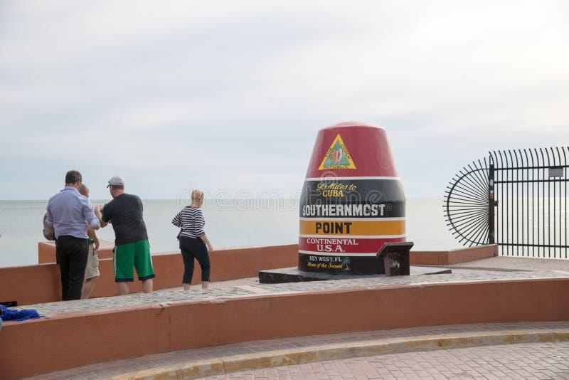 Sydligast punkt i kontinentalt 90 mil till Kuban Returnera av solnedgången Key West Florida USA royaltyfri bild