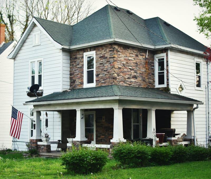 Sydligt hus med sjalen runt om Front Porch royaltyfri bild