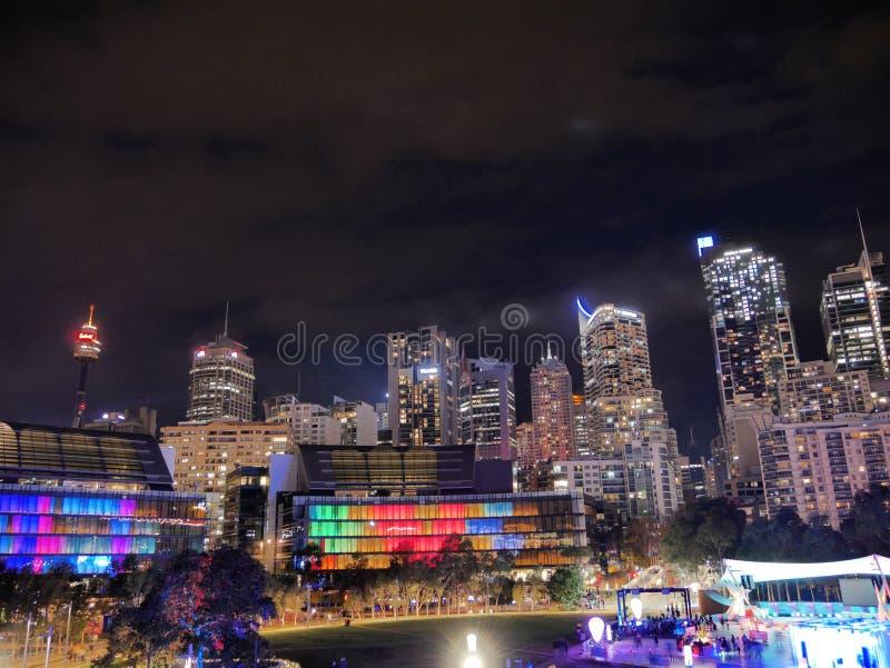 SYDNEY, AUSTRÁLIA - 10 DE JUNHO DE 2018: Arquitetura da cidade do festival vívido mim foto de stock