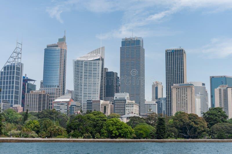 SYDNEY, AUSTRÁLIA - 5 DE NOVEMBRO DE 2014: Sydney Business Area com os jardins botânicos e água do rio reais fotos de stock royalty free