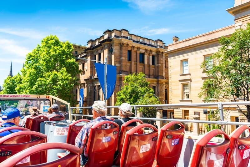 SYDNEY, AUSTRÁLIA - 27 DE OUTUBRO DE 2018: Ônibus de dois andares turísticos da cidade Com foco seletivo fotografia de stock