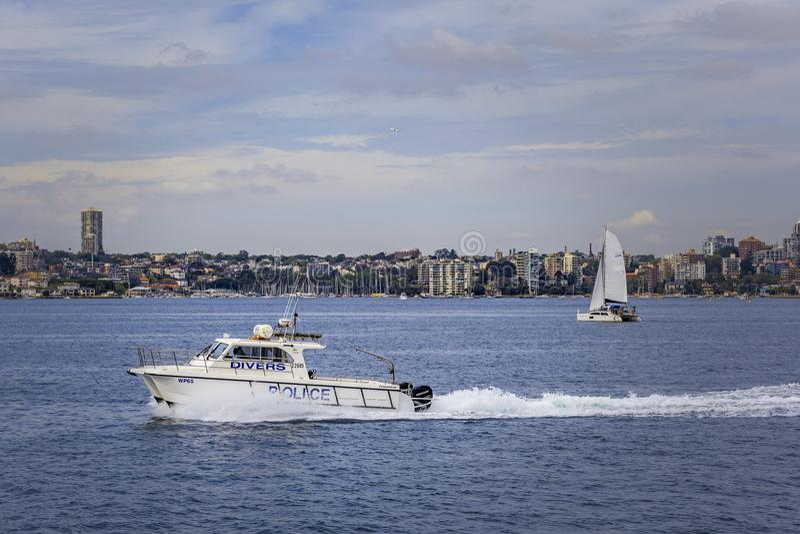 Sydney, Austrália - 3 de outubro de 2017: Navigação do barco de polícia dos mergulhadores através de Sydney Harbour imagens de stock royalty free