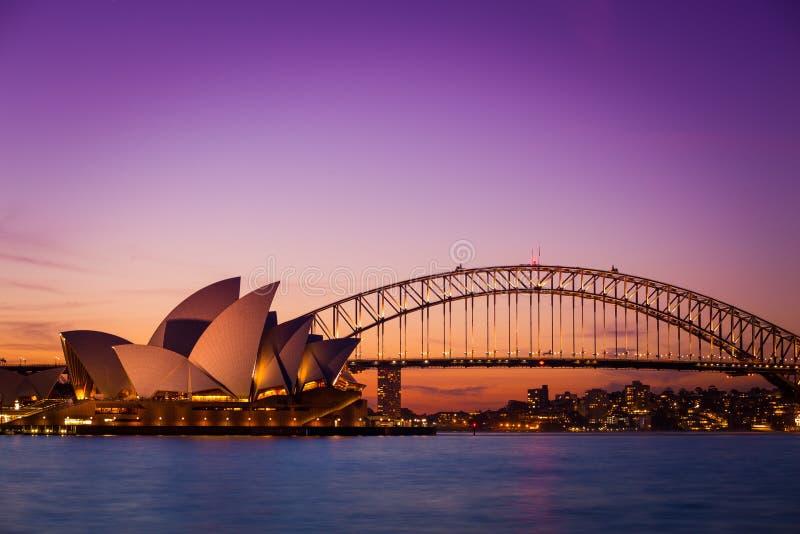 SYDNEY AUSTRÁLIA - 5 DE SETEMBRO DE 2013: Opinião do teatro da ópera de Cadeira da Sra. Macquarie no tempo crepuscular na noite o foto de stock royalty free
