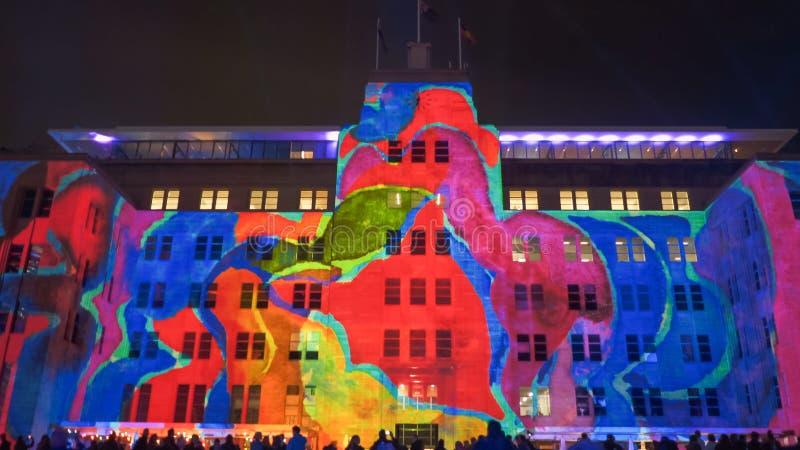 SYDNEY, AUSTRÁLIA - JUNHO, 5, 2017: parte dianteira do museu de arte contemporânea iluminado acima para 2017 vívido fotografia de stock