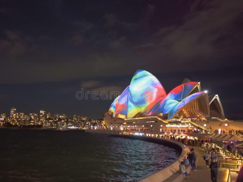SYDNEY, AUSTRÁLIA - JUNHO, 5, 2017: teatro da ópera de sydney durante 2017 vívido foto de stock royalty free