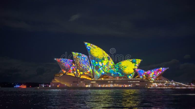 SYDNEY, AUSTRÁLIA - JUNHO, 5, 2017: teste padrão verde amarelo no teatro da ópera de sydney durante 2017 vívido fotografia de stock