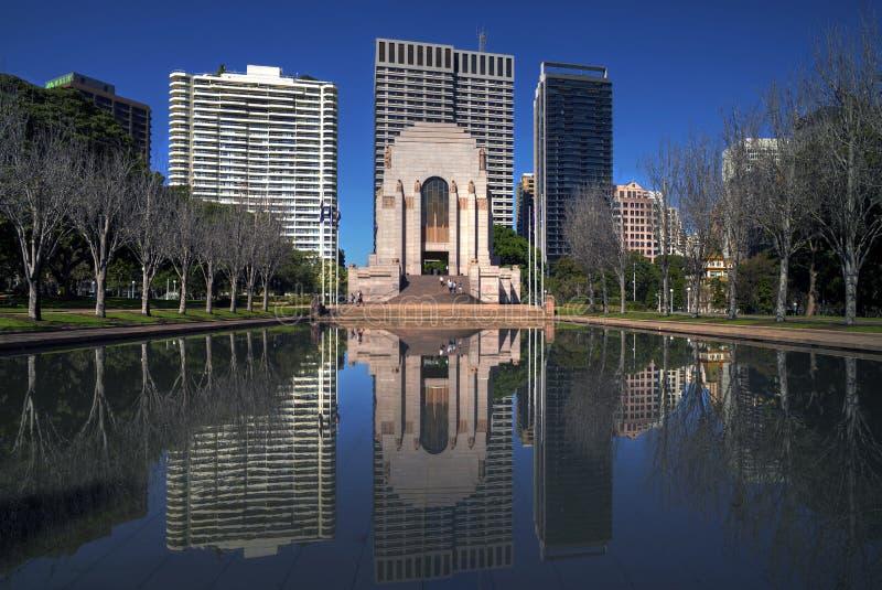 SYDNEY, AUSTRÁLIA - Sept 12 2015 - Anzac Memorial na frente de um lago sintético com construções como o fundo em Hyde Park Sydney fotos de stock royalty free