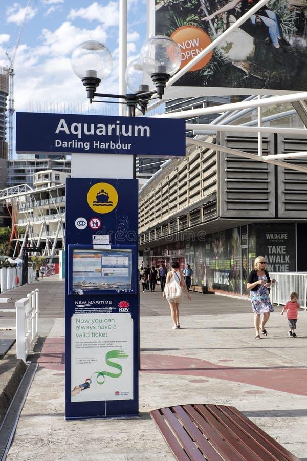 SYDNEY, AUSTRÁLIA - Sept 15, 2015 - Signage e caminhada pedestre ao lado de uma atração turística, A VIDA MARINHA Sydney Aquarium fotografia de stock royalty free