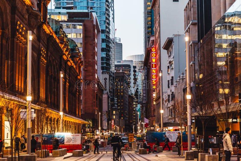 Sydney, Australië, 2018: Mooi de Bouw en het winkelen gebied in Sydney, bij nacht stock afbeeldingen