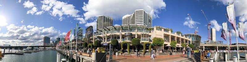 SYDNEY, AUSTRALIA - 19 DE AGOSTO DE 2018: Los Locals y los turistas disfrutan de la 'promenade' de Darling Harbour en un día sole imagen de archivo libre de regalías