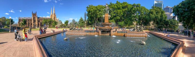 SYDNEY, AUSTRALIA - 19 DE AGOSTO DE 2018: Los Locals y los turistas gozan de Archibald Fountain en Hyde Park Esto es un destino i fotografía de archivo