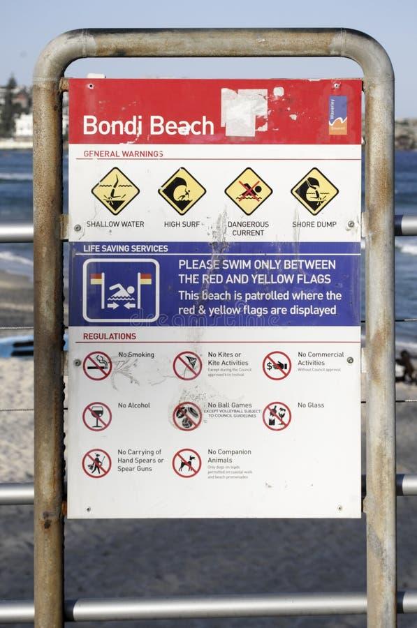 SYDNEY, AUSTRALIA - de sept. el 14 de 2015 - las regulaciones y señal de peligro en Bondi vara imagen de archivo libre de regalías