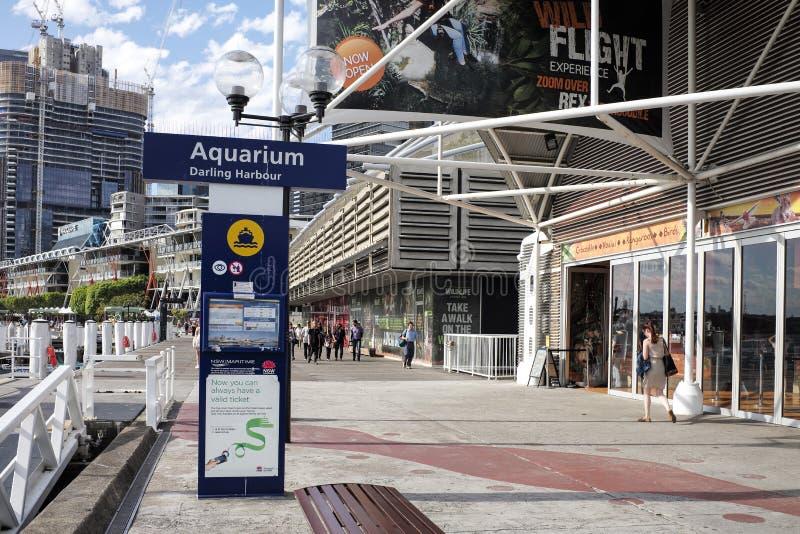 SYDNEY, AUSTRALIA - de sept. el 15 de 2015 - señalización y paseo peatonal al lado de una atracción turística, La VIDA MARINA Syd fotos de archivo