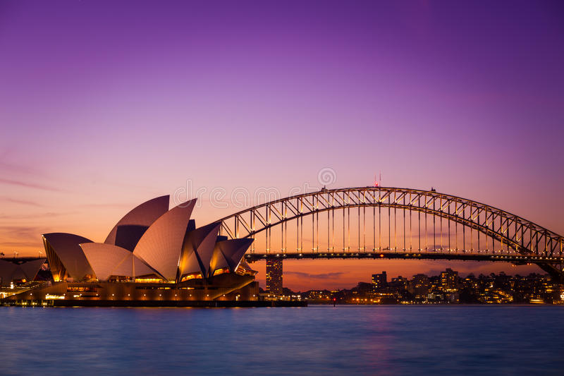 SYDNEY AUSTRALIA - 5 DE SEPTIEMBRE DE 2013: Opinión del teatro de la ópera de Chair de señora Macquarie en el tiempo crepuscular  foto de archivo libre de regalías
