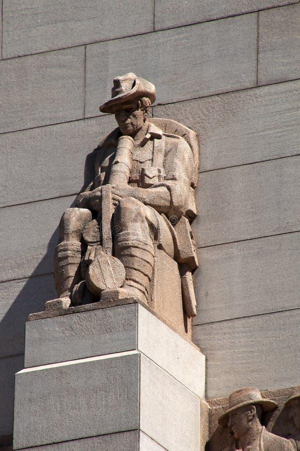 Sydney Australia Feb 14 2018, Militair met slouchhoed op buitenkant van ANZAC Memorial versierde beeldhouwwerken langs van de die royalty-vrije stock fotografie