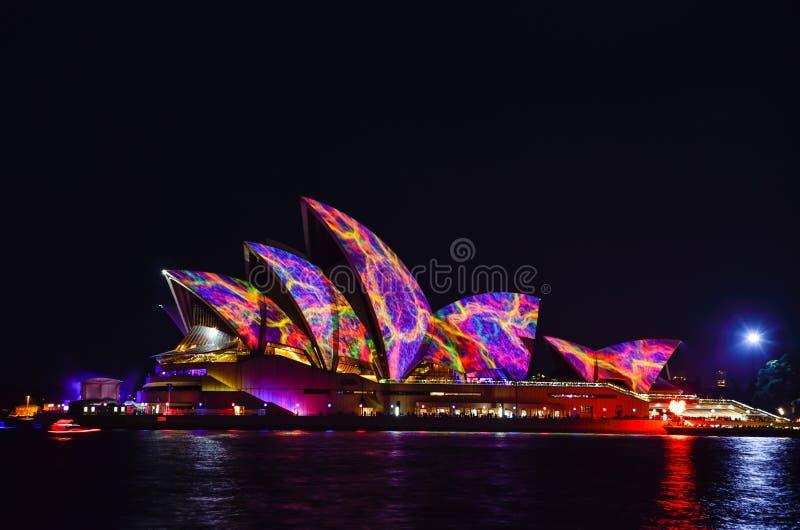 SYDNEY, AUSTRALIA - 5 GIUGNO 2015; Sydney Opera House si è illuminato immagine stock libera da diritti