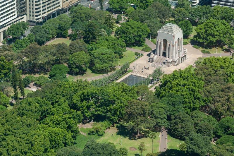 SYDNEY AUSTRALIA, LISTOPAD, - 17, 2014: Pejzaż miejski Sydney od Westfield wierza hyde park Anzac pomnik zdjęcie royalty free