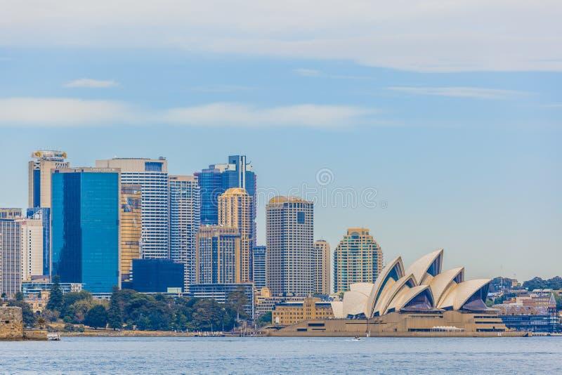Sydney, Australia - 3 ottobre 2017: Orizzonte del centro direzionale e del teatro dell'opera di Sydney osservati da Sydney Harbou fotografie stock