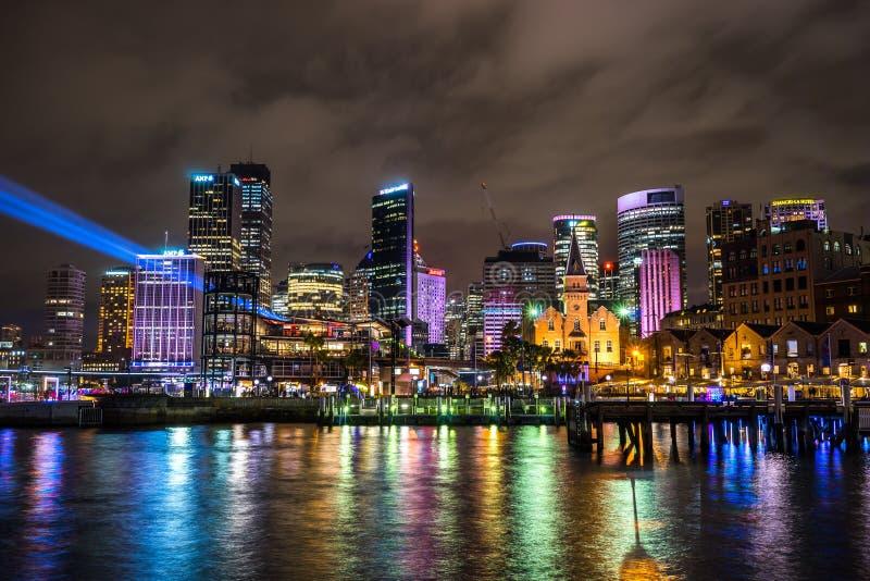 Sydney, Australie - 2 juin 2017, bâtiments de ville chez Quay circulaire illuminé pendant Sydney vif photographie stock libre de droits