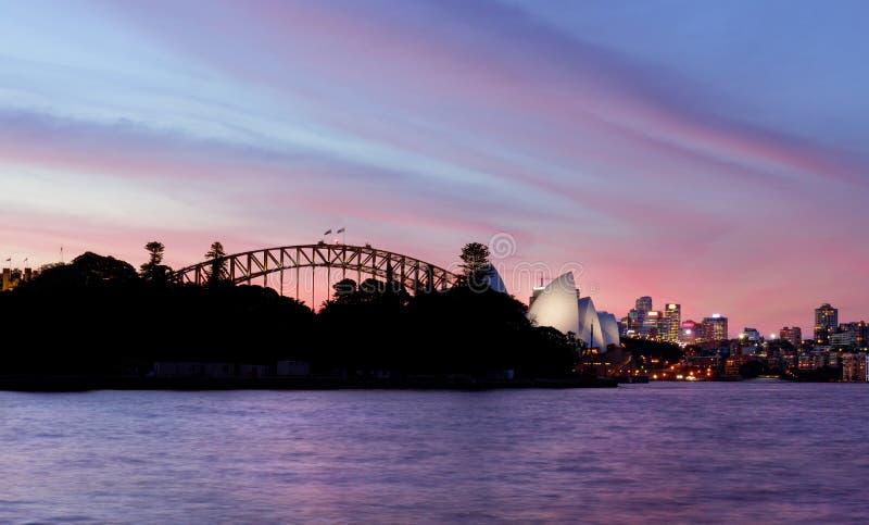 SYDNEY AUSTRALIEN - APRIL 8, 2014; Rosa och röd solnedgånghimmel över arkivfoto