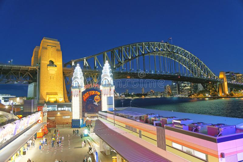 SYDNEY AUSTRALIEN - AUGUSTI 18, 2018: Stadsskyskrapor på natt f royaltyfri foto
