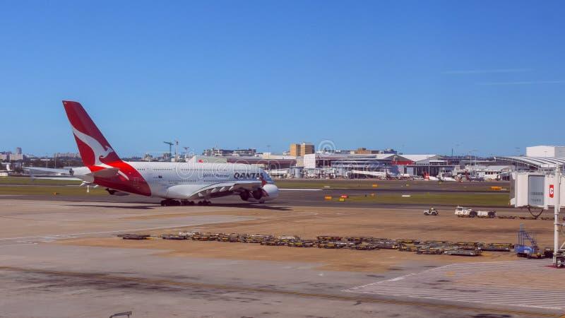 SYDNEY, AUSTRALIEN - CIRCA im Januar 2015: qantas Airbus A380, der für Start in Sydney mit einem Taxi fährt stockfotografie