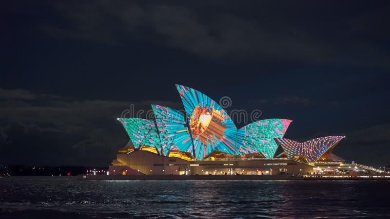 SYDNEY, AUSTRALIEN - JUNI, 5, 2017: buntes Muster auf dem Sydney-Opernhaus lizenzfreie stockfotos