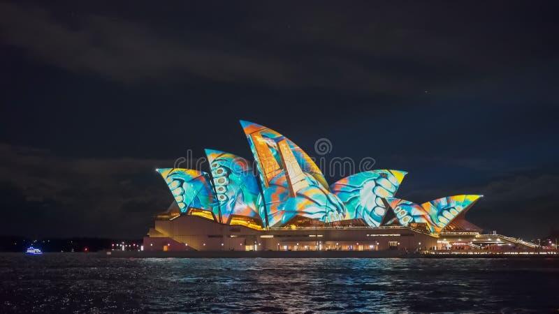 SYDNEY, AUSTRALIEN - JUNI, 5, 2017: orange blaue Farben auf dem Sydney-Opernhaus für klares 2017 lizenzfreies stockbild