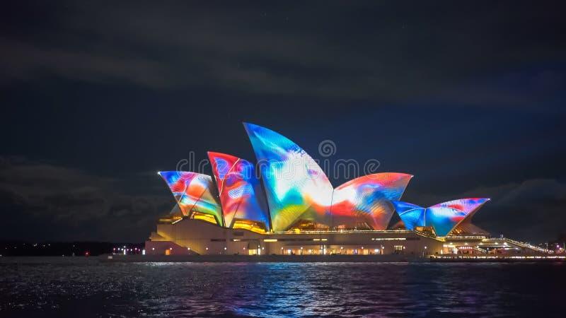 SYDNEY, AUSTRALIEN - JUNI, 5, 2017: Regenbogen farbiges Opernhaus für klares 2017 stockfoto