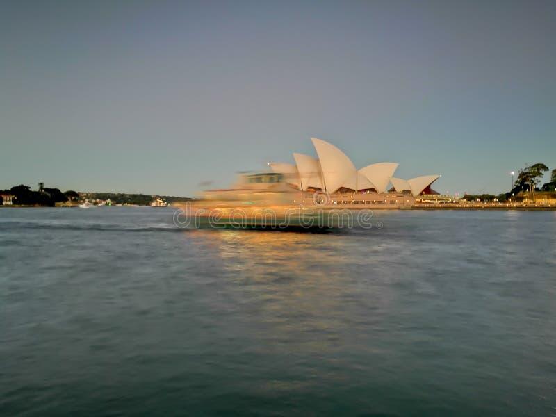 SYDNEY AUSTRALIEN - MAJ 5, 2018: Sydney Opera House med en suddighet royaltyfri foto