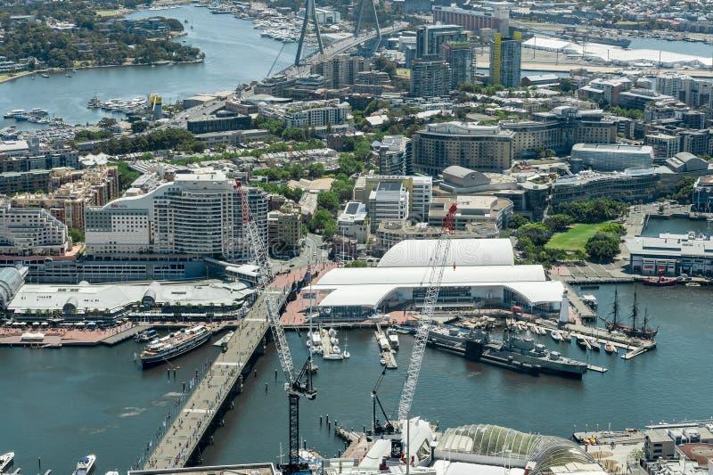 SYDNEY AUSTRALIEN - NOVEMBER 17, 2014: Cityscape av Sydney från det Westfield tornet Maritim Darling Harbour och australiermedbor royaltyfri foto