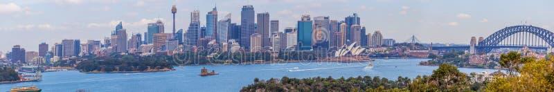 Sydney Australien - Oktober 3, 2017: Stor panorama av Sydney horisont med skyskrapor, operahuset och Sydney Harbour Bridge royaltyfri fotografi
