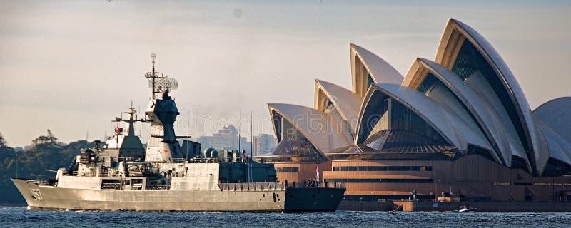 SYDNEY AUSTRALIEN - Oktober 9th 2013: Krigsskepp på australiska marinhundraårsdagberömmar arkivbild