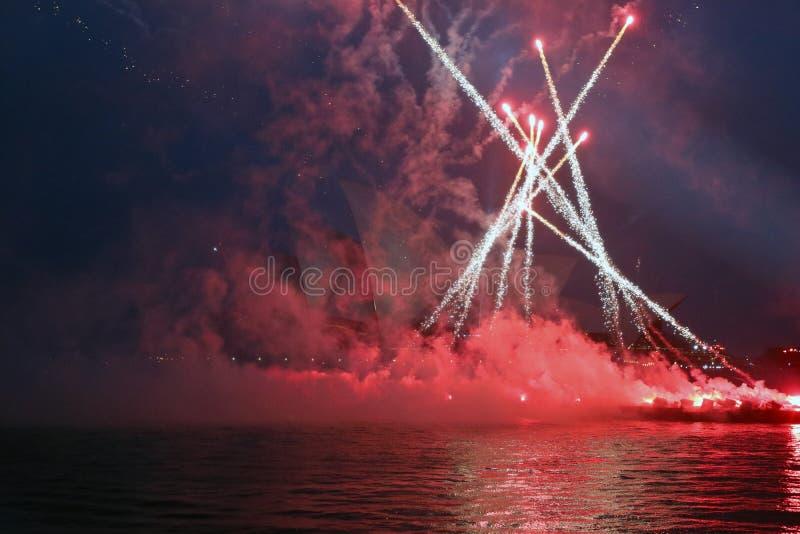 SYDNEY, AUSTRALIEN - Australien-Tag - Nachtleistung mit Feuerwerken stockfoto