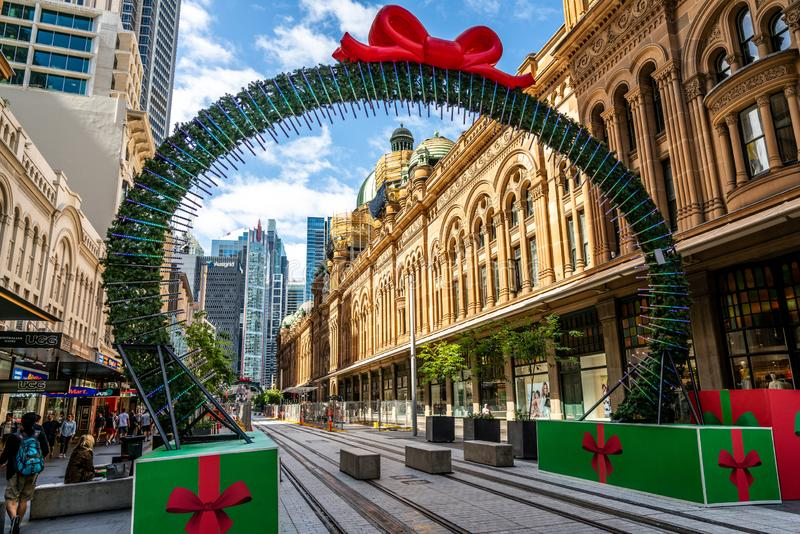 Sydney Bożenarodzeniowa dekoracja na George ulicznej otoczce widok królowej Wiktoria budynek QVB w Sydney NSW Australia lub fotografia royalty free