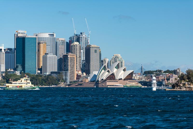 Sydney CBD e Sydney Opera House com ferryboat imagem de stock
