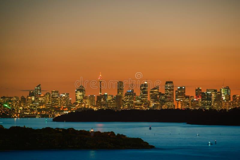 Sydney City och Sydney Harbour på solnedgången arkivbild